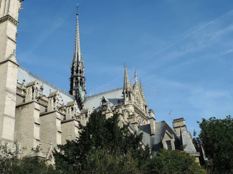 塔和尖顶在巴黎圣母院南门面  库存图片