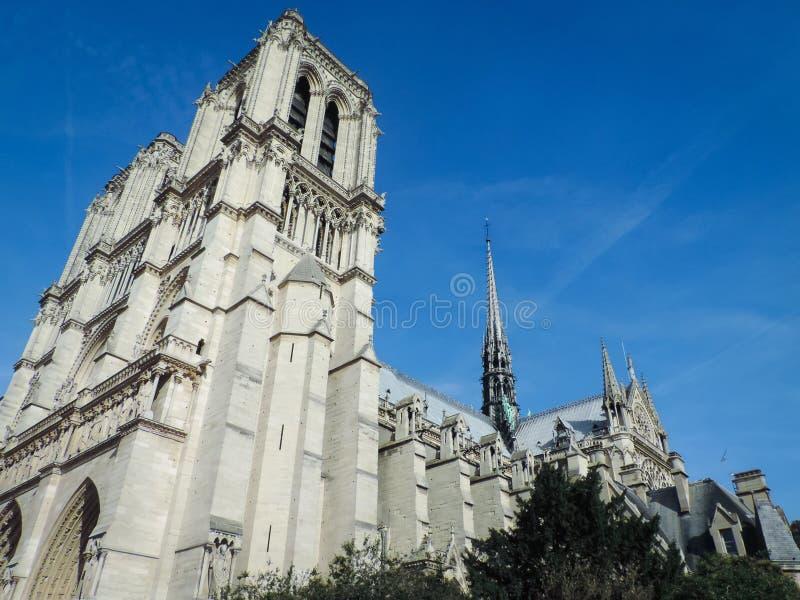 塔和尖顶在巴黎圣母院南门面  免版税库存照片