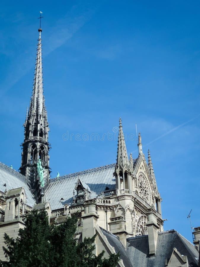 塔和尖顶在巴黎圣母院南门面  免版税图库摄影