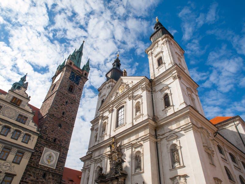 黑塔和教会在Klatovy 免版税库存图片