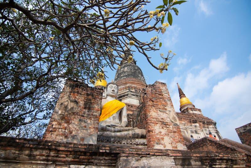 塔和菩萨状态在Wat亚伊Chaimongkol,阿尤特拉利夫雷斯 免版税库存图片