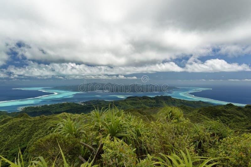 塔哈岛和博拉博拉岛海岛和盐水湖从Raiatea 图库摄影