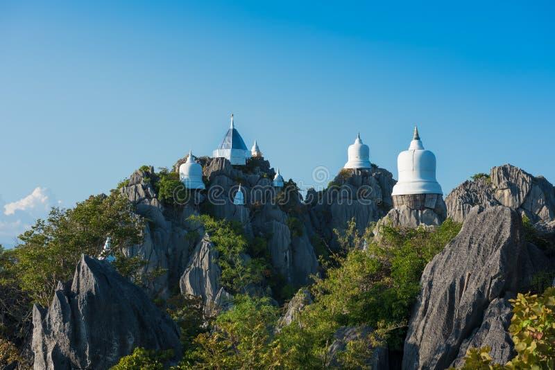 塔在小山顶建造 免版税库存照片