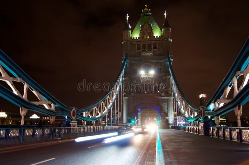 塔夜照片的桥梁全景从街道 图库摄影
