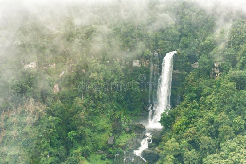 塔德Sua瀑布, A大瀑布顶视图在Bolaven高地的,禁令Nung肺,巴色,老挝深森林里 免版税库存图片