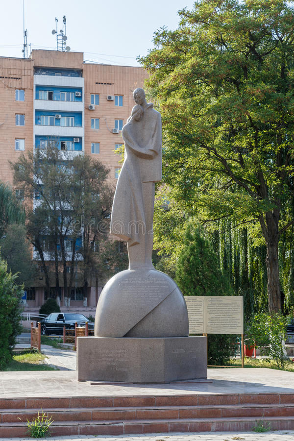 塔拉兹,哈萨克斯坦- 2016年8月14日:爱的纪念碑 库存照片