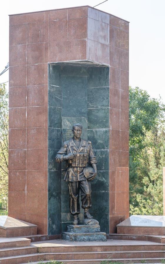 塔拉兹,哈萨克斯坦- 2016年8月14日:纪念碑下落的战士 库存图片