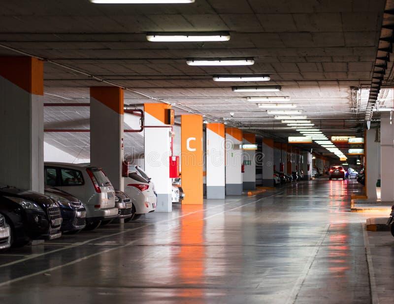 塔拉贡纳,西班牙- 2017年9月17日:地下停车场的看法 复制文本的空间 免版税库存照片