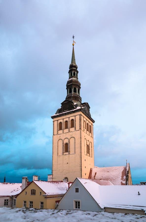 塔林的冬天视图 教会Niguliste 免版税库存图片
