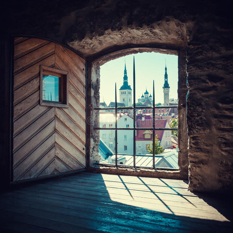 塔林看法从中世纪塔窗口的  免版税库存图片