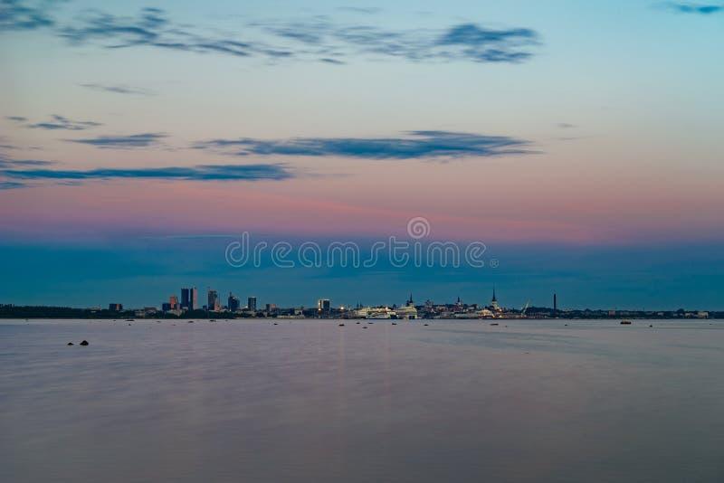 塔林美好的都市风景在夏夜之前 免版税库存图片