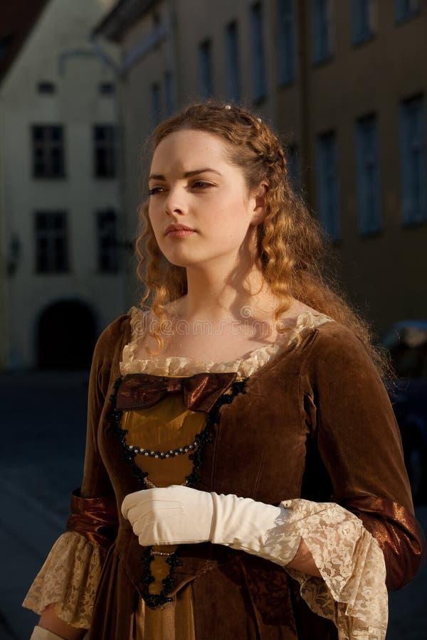 塔林街道的中世纪样式女孩  免版税图库摄影