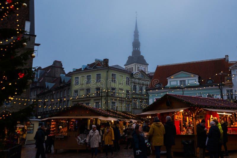 塔林,爱沙尼亚:在正方形的传统新年的市场与与照明设备的一棵圣诞树 摊位,商店夜视图  库存图片
