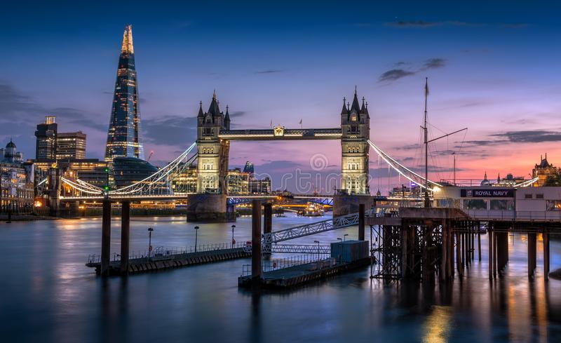 塔桥梁、碎片和伦敦地平线在黄昏 免版税图库摄影