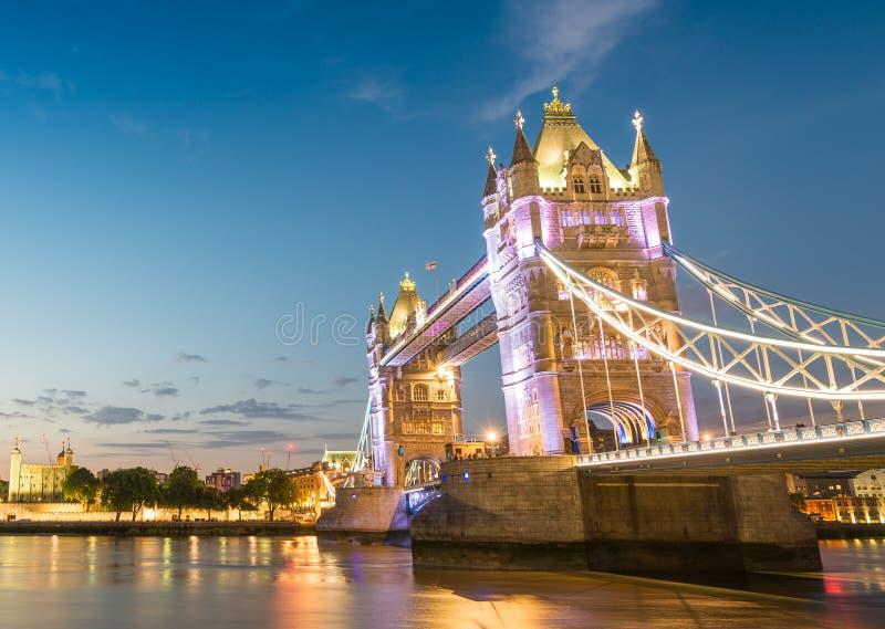 塔桥梁和伦敦市在一个美好的晚上-英国 图库摄影