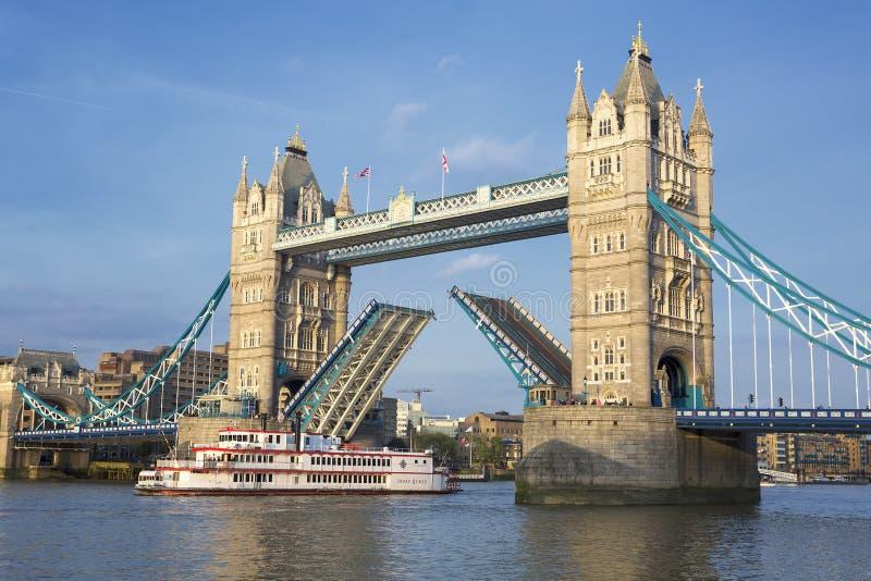 塔桥梁和小船 免版税库存图片
