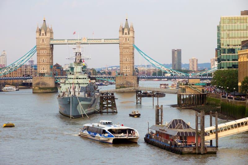 塔桥梁和HMS贝尔法斯特在伦敦 库存图片