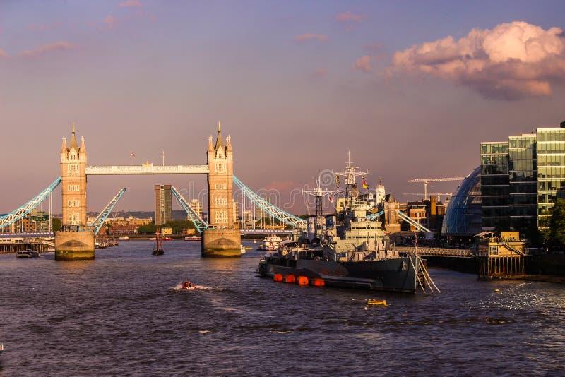 塔桥梁和HMS贝尔法斯特,伦敦 库存照片