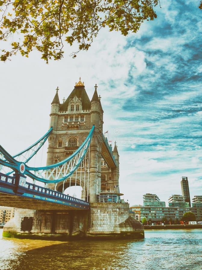 塔桥梁在一阴暗天,伦敦 库存照片
