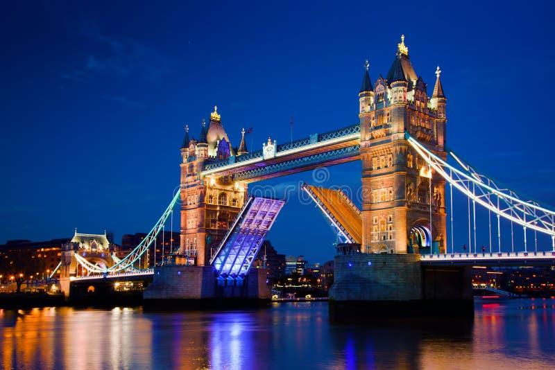 塔桥梁在伦敦,英国在晚上 免版税库存照片