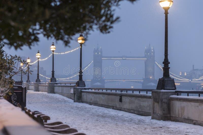 塔桥梁在冬天 库存照片