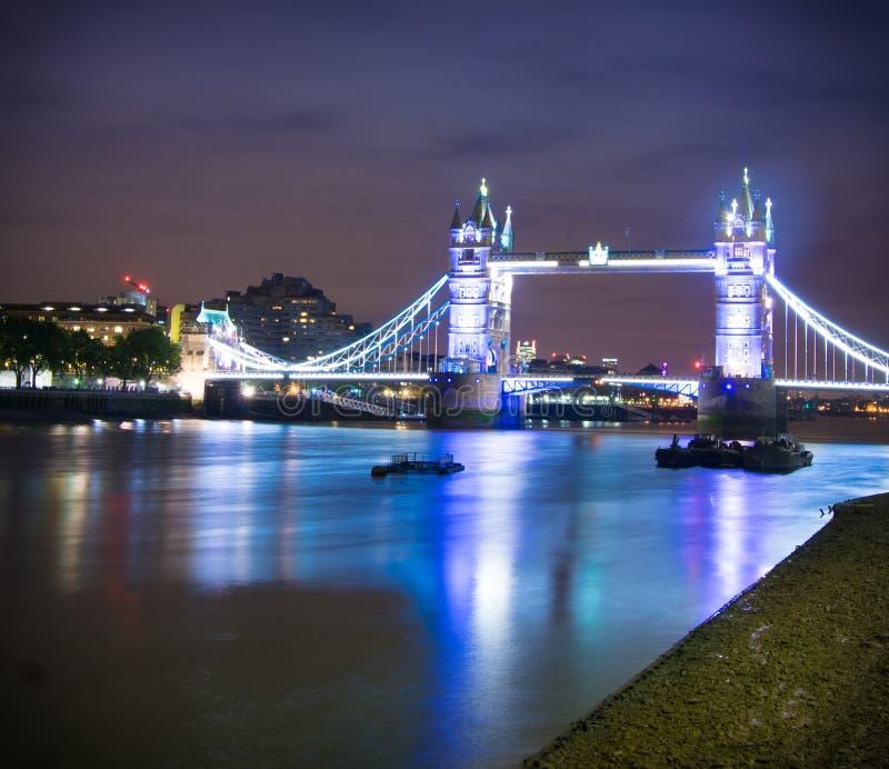 塔桥梁在晚上之前 库存照片