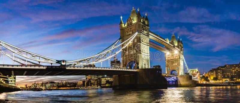 塔桥梁在晚上在伦敦,英国 免版税库存图片