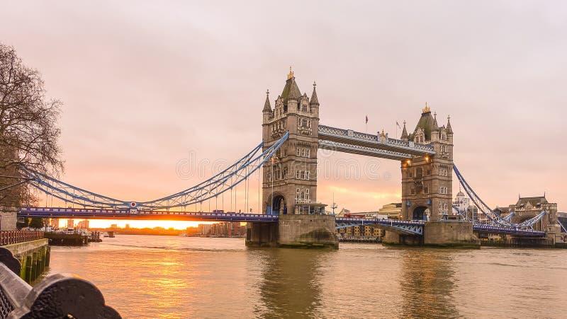 Download 塔桥梁在晚上 库存图片. 图片 包括有 旅行, 塑造, 国际, 利息, 天空, 欧洲, 颜色, 日落, 吊桥 - 72370429