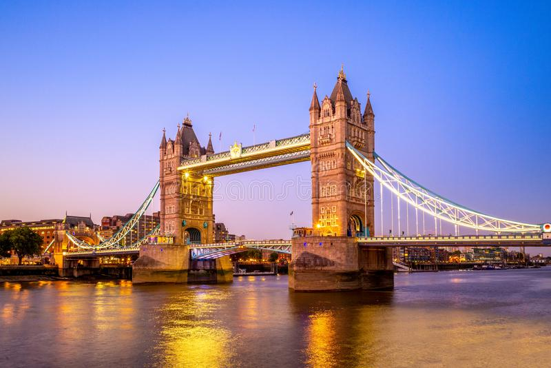塔桥梁夜视图在伦敦,英国 库存图片