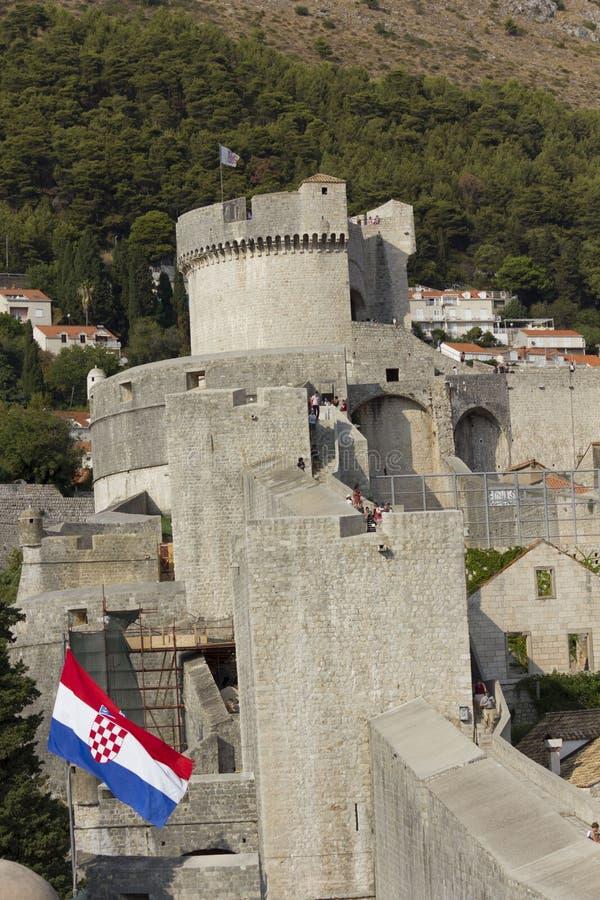 塔楼od杜布罗夫尼克墙壁,有克罗地亚旗子的 免版税库存照片