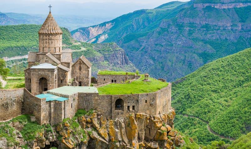 塔特夫,亚美尼亚- 2017年5月11日 山的著名塔特夫修道院与缆索铁路 免版税库存图片