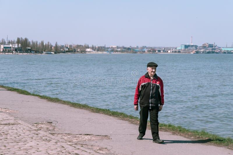 塔甘罗格,俄罗斯- 07 04 19:祖父沿散步走在一好日子 免版税库存照片