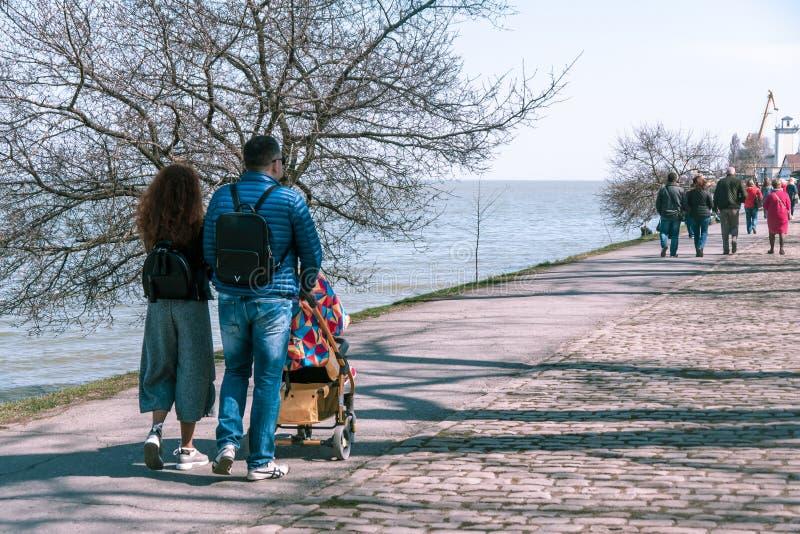 塔甘罗格,俄罗斯- 07 04 19:美好的夫妇走与沿堤防的孩子在春天 库存图片