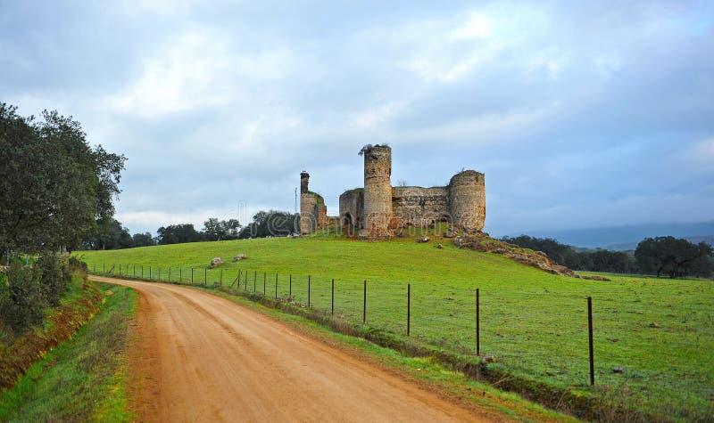 塔的城堡,通过de拉普拉塔, Real de la Jara,西班牙 免版税图库摄影