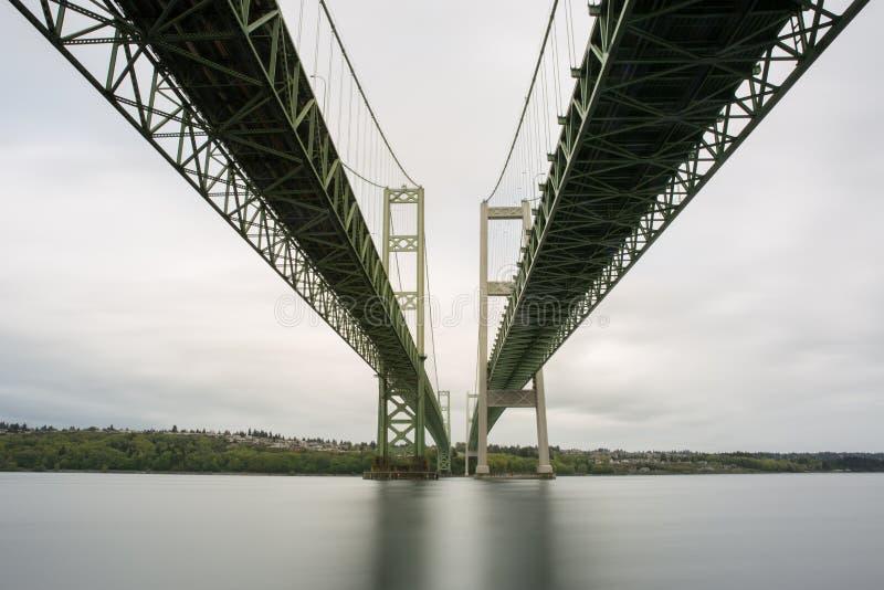 塔科马海峡桥梁的长的曝光从在底下的在河沿海滩 免版税库存照片