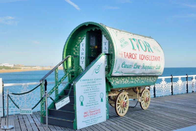 塔罗牌在码头的读者有蓬卡车 免版税库存图片