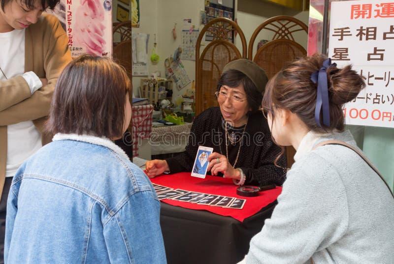 读塔罗牌的日本算命者 库存图片