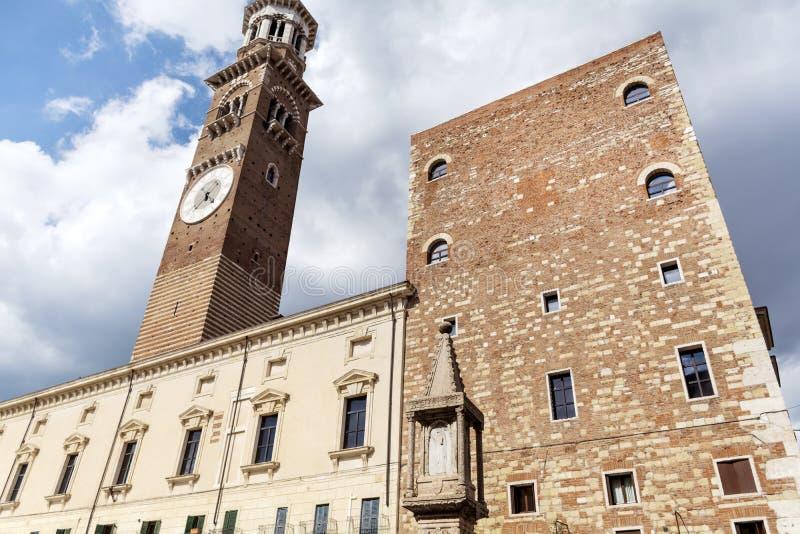 塔-在蓝天的Torre dei Lamberti 库存照片