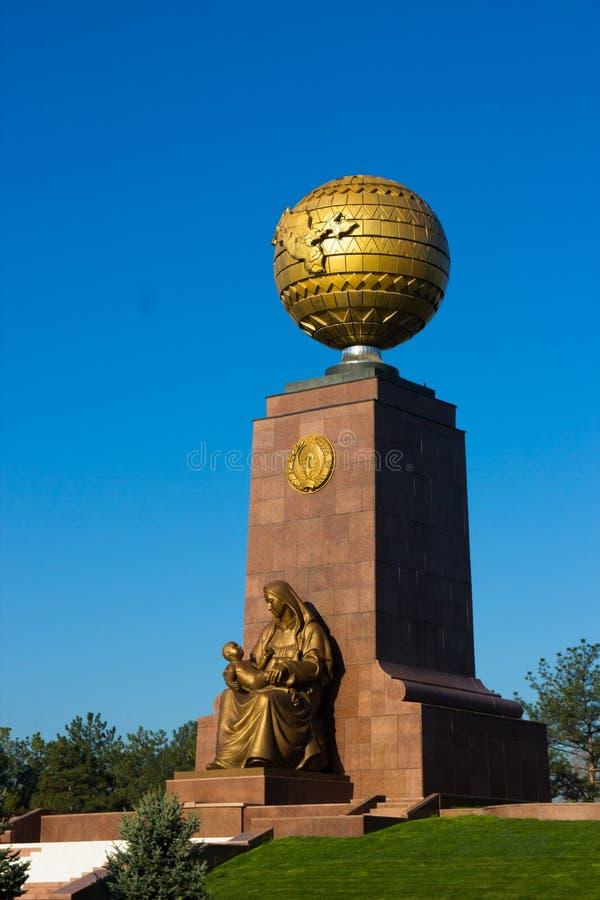 塔什干,乌兹别克斯坦:独立纪念碑 免版税库存图片