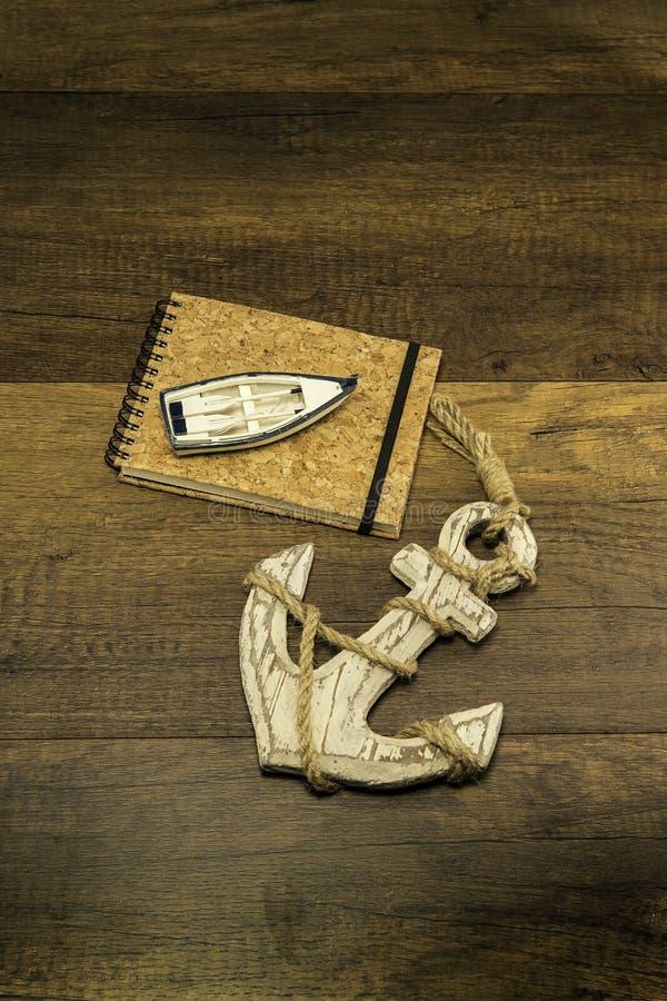塞住与小船和大老白色船锚的盖子书 免版税库存图片