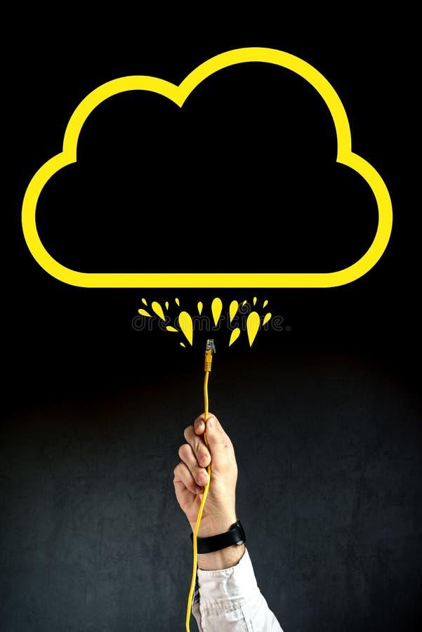 塞住LAN缆绳的商人连接到云彩服务 库存图片