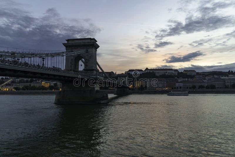 塞切尼链桥的看法黄昏的从虫河岸,布达佩斯,匈牙利 免版税库存照片
