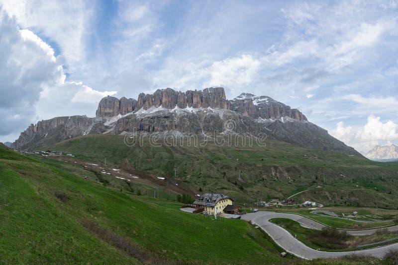 塞利亚河断层块和Piz博埃全景  有蛇纹石的山路在前景 库存照片