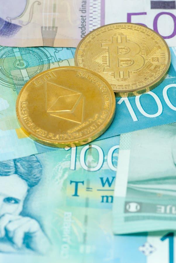 塞尔维亚丁那钞票和bitcoin和ethereum冒险投资概念隐藏货币概念硬币  免版税图库摄影