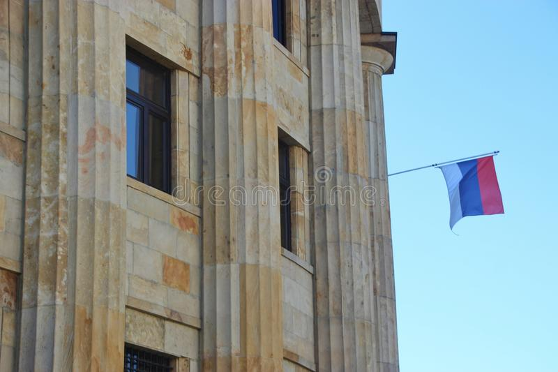 塞尔维亚大厦和旗子在巴尼亚卢卡,波黑 免版税图库摄影