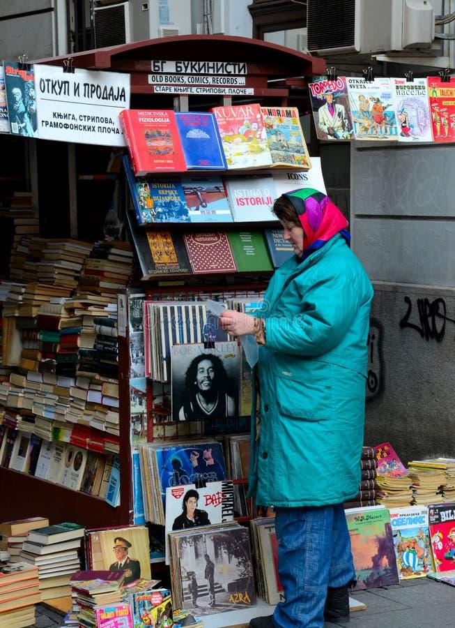 塞尔维亚妇女出席室外杂志书&乙烯基摊位贝尔格莱德塞尔维亚 免版税库存照片