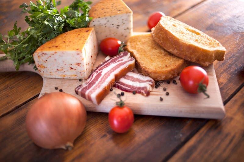 塞尔维亚烹调,地道传统食物用炸面包 库存图片