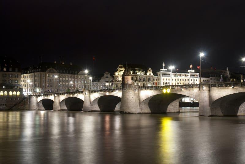 巴塞尔Mittlere Brücke在夜之前 免版税库存照片
