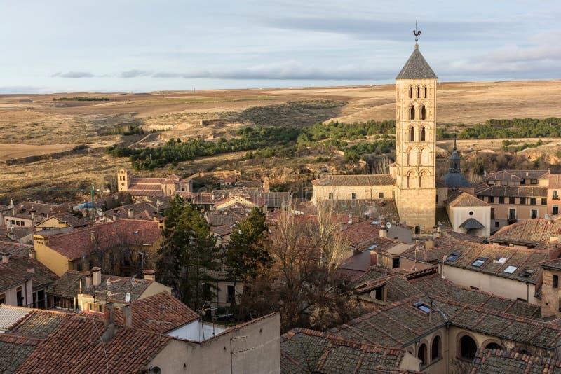 塞戈维亚的看法您能看到圣埃斯特万西班牙罗马式教会塔从大教堂的 免版税库存图片
