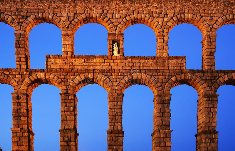 塞戈维亚罗马渡槽-塞戈维亚最重要的建筑地标  库存图片